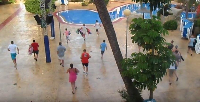 Espagne : Scène surréaliste de vacanciers qui courent pour avoir la meilleur place au bord de la piscine d'un hôtel !