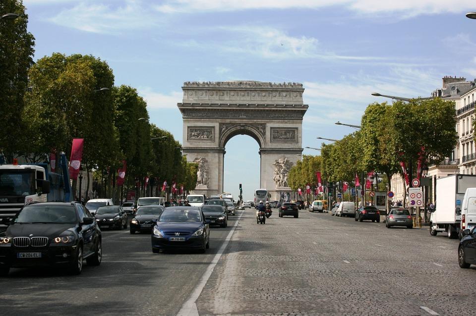 Paris : un homme arrêté après avoir tiré à la carabine à plomb sur plusieurs personnes aux Champs-Élysées