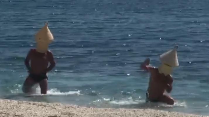 Ils se déguisent en bouée afin de pouvoir se baigner pendant le confinement