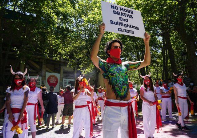 Des militants de PETA fêtent l'annulation de la corrida à Pampelune / Photo ©EsaEnnelin