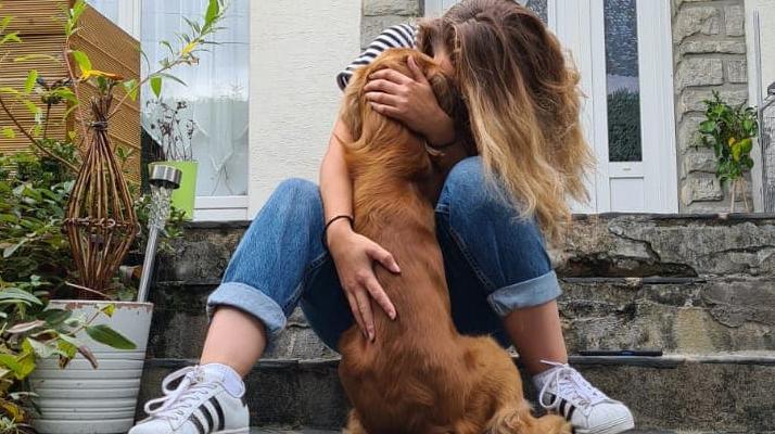 En larmes, Laura annonce avoir retrouvé son chien Koda disparu pendant un tournage sur M6