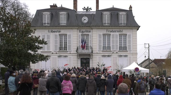 Essonne. (Vidéo) Élus et habitants se sont rassemblés devant la mairie de Saintry-sur-Seine en soutien au maire victime de menaces