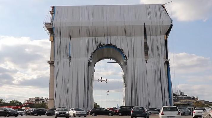 Paris. L'empaquetage de l'Arc de Triomphe fait beaucoup réagir sur les réseaux sociaux