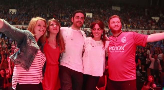 Camille Combal entouré de son équipe de Virgin Radio / Capture Youtube