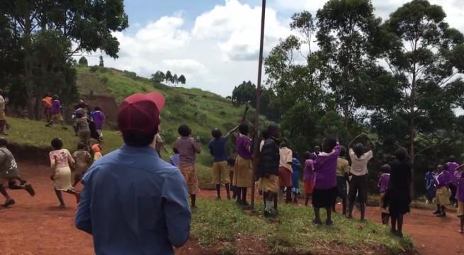 Des enfants africains découvrent un drone voler / Capture Youtube