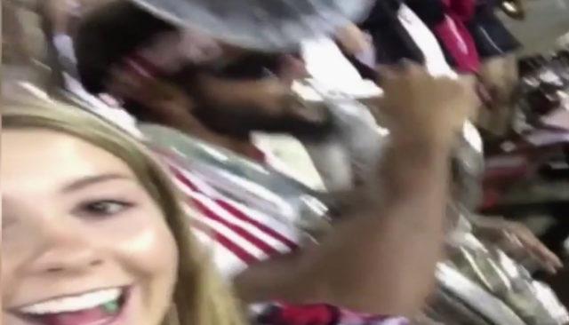 Un selfie dangereux pour cette fille... / Capture Youtube