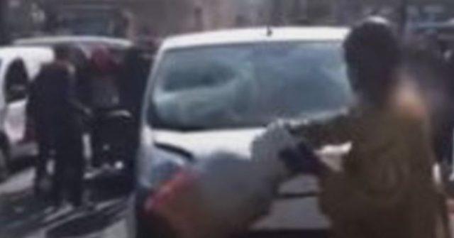 Un homme devient fou et détruit sa voiture en pleins Paris ! / Capture Youtube