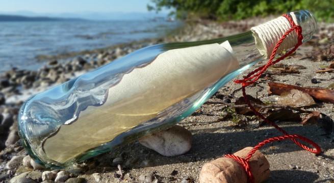 Illustration d'une bouteille posée sur une plage / Pixabay