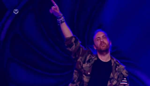 David Guetta rendant un bel hommage à Prince / Capture Facebook Tomorrowland Brasil