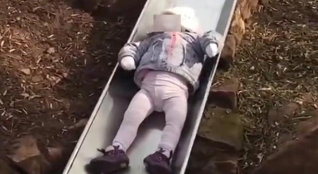 Cet enfant met un temps fous pour descendre un toboggan / Capture Youtube