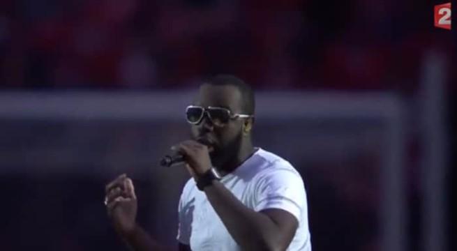 Le chanteur Maître Gims lors de la finale de la coupe de la ligue su stade de France  / Capture France 2