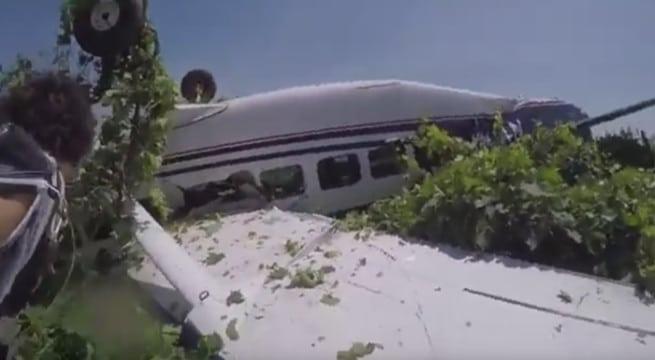 Le spectaculaire accident d'avion filmé par l'un des parachutistes / Capture Youtube