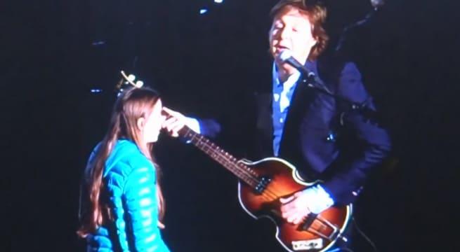 Paul McCartney aux côtés d'une jeune fille de 10 ans à la basse / Capture Youtube