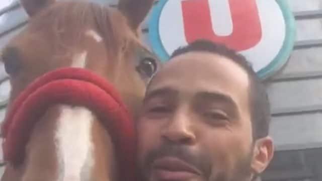 Il rentre avec son cheval dans un Super U / Capture Facebook Hassen Bouchakour