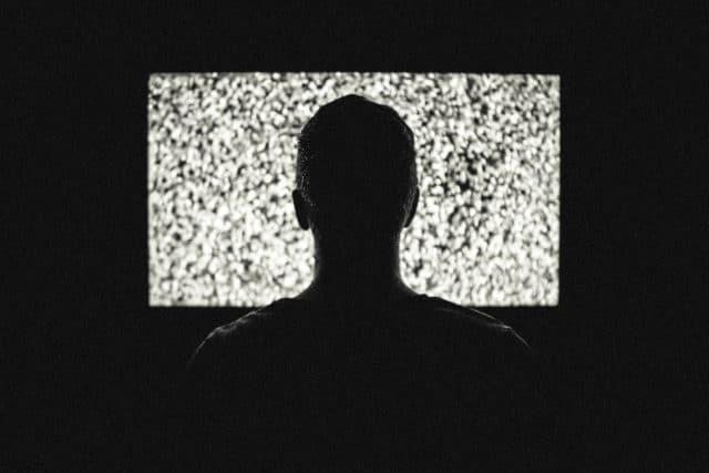 Un homme hypnotisé par une émission de TV / CC