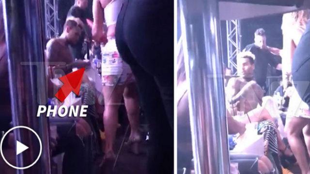 Chris Brown énervé s'empare du téléphone de celle qui le film et le jette / Capture TMZ