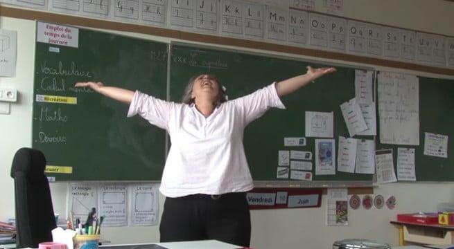 """Cécile Mouré, l'enseignante qui chante """"libérée des livrets"""" et fait un véritable buzz / Capture Youtube"""