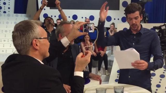 """Laurent Ruquier obligé de terminer l'émission """"On n'est pas couché"""" en filmant avec des smartphones suite à une panne électrique / Capture France 2"""