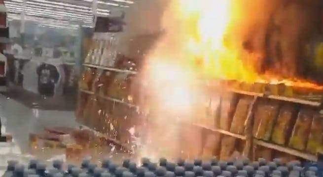 Un rayon de pétards entièrement ravagé par les flammes / Capture Youtube