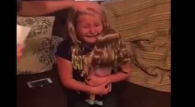 La petite Emma, 10 ans heureuse de pouvoir jouer avec une poupée qui lui ressemble / Capture Facebook