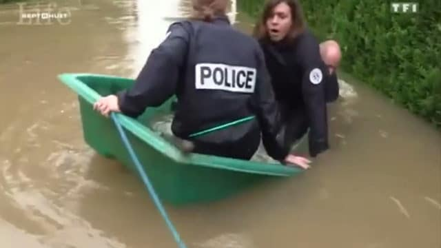 Des policiers tombe à l'eau pendant les inondations / Capture TF1