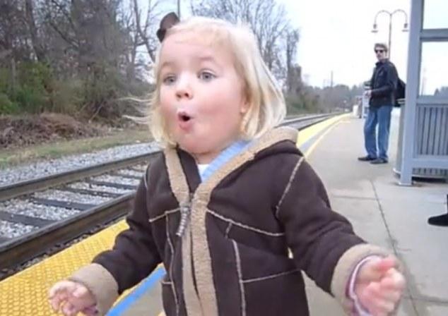 La petite Madeline complètement amoureuse des trains / Capture Youtube
