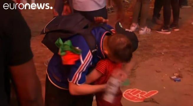 Un supporter français en larmes se fait réconforter par un petit garçon portugais !