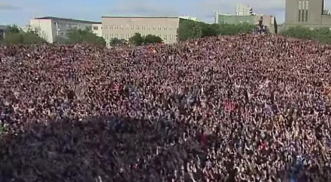 Le Viking Clap repris par des milliers de supporters Islandais au retour de leur Équipe / Capture Youtube