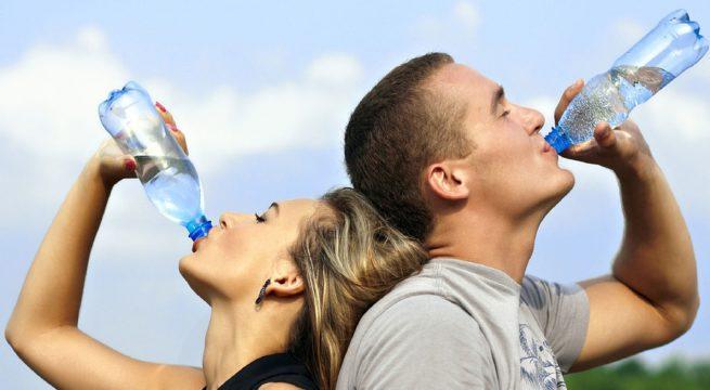 Illustration d'un couple buvant de l'eau / Pixabay
