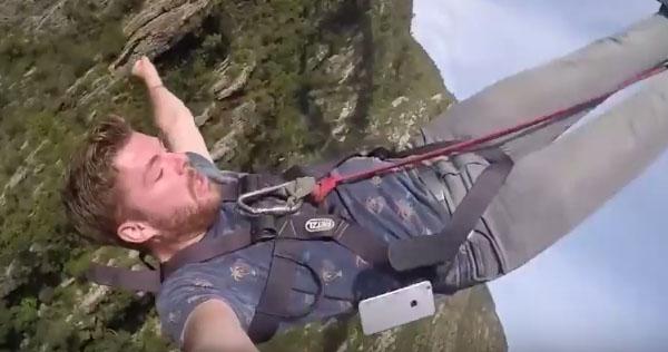 Il perd son téléphone en sautant à l'élastique / Capture Facebook Máirtín Farragher
