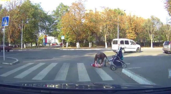 Un enfant chute sur le passage piéton en Russie / Capture Youtube