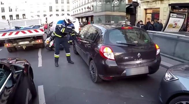 Vidéo : un Youtuber moto arrête un délit de fuite en plein tournage