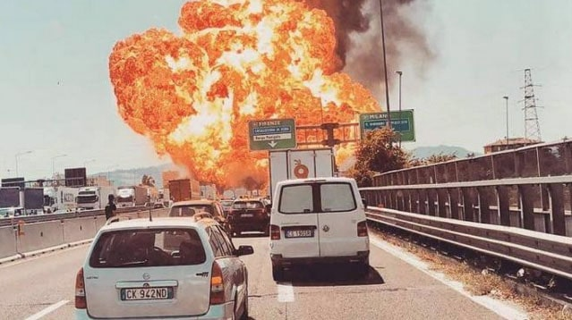 Un camion rempli d'acide explose, un mort et plusieurs blessés — Italie